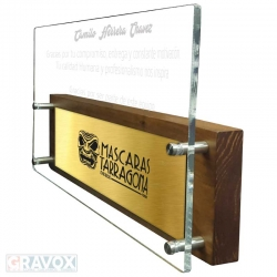 Súper Galvano de Acrílico COLOSO, el cual incluye un enorme grabado láser.