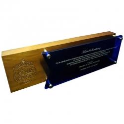 Galvano Grande Híbrido de acrílico azul y madera, el cual incluye un enorme grabado láser.