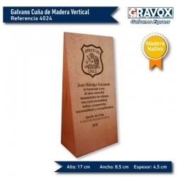 Galvano Cuña de Madera Nativa Vertical con grabado láser y caja de presentación. mide 8,5x17x4,5 cms.