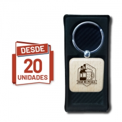 Llavero grabado Cuadrado de madera, desde 20 unidades con caja de presentación negra de regalo. Al por mayor y detalle.