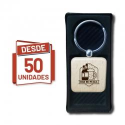 Llavero de madera Cuadrado incluye grabado láser y caja de regalo, pack desde 50 llaveros grabados. GRAVOX al por mayor