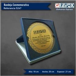Galvano Bandeja Conmemorativa de 18 cms de diámetro, con porta placa. Incluye personalización con grabado láser.