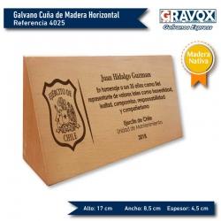 Galvano Cuña de Madera Nativa Horizontal con grabado láser y caja de presentación. mide 17x8,5x4,5 cms.