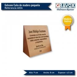 Galvano Cuña de Madera Nativa pequeña 1/2 cuña personalizada con grabado láser y caja. Mide 9x8 x4,5 cms de espesor